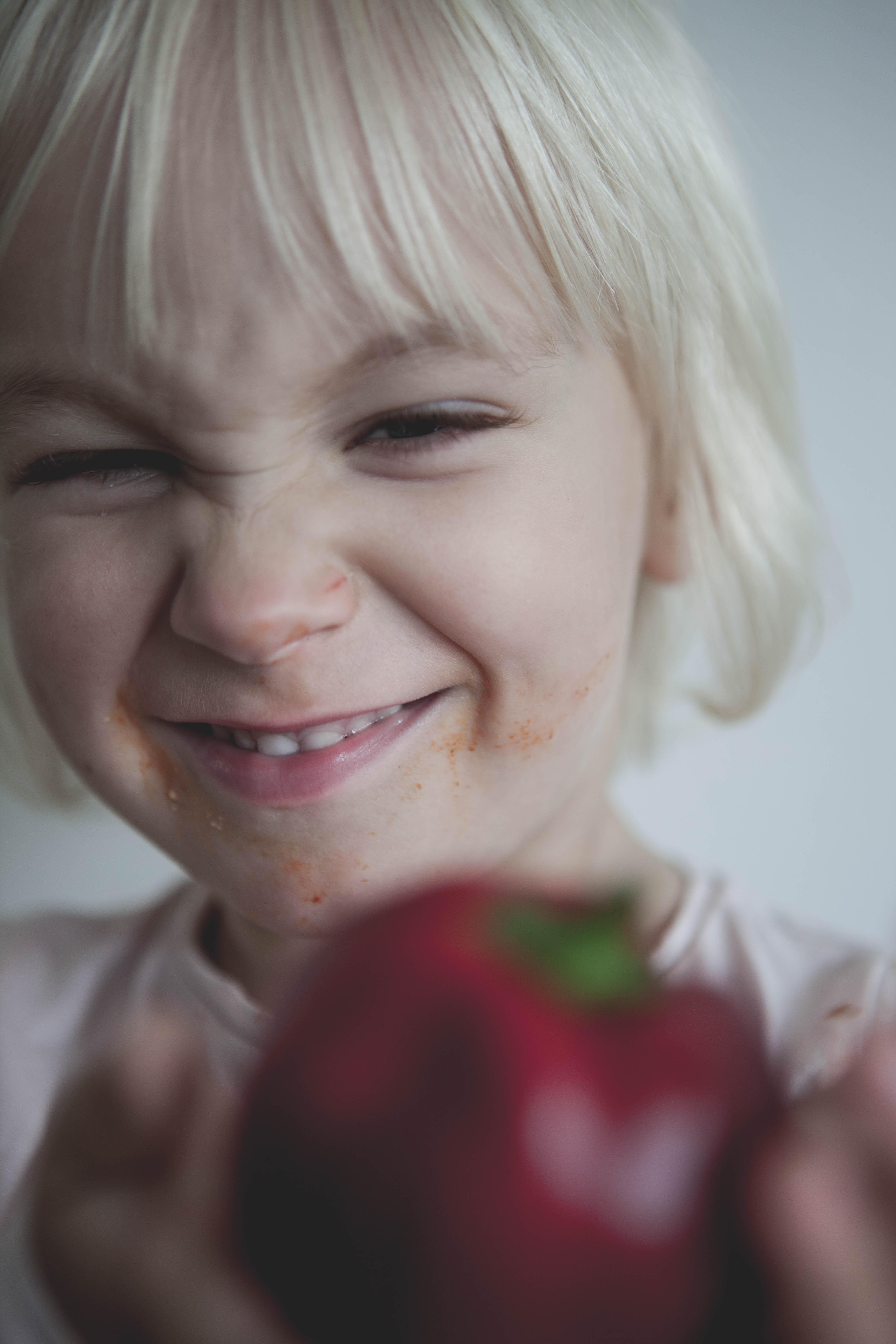 barn som håller i en paprika